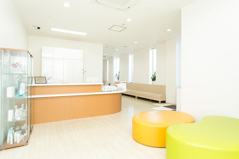 明るく広い待合室